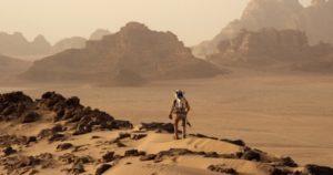 En virtuell marspromenad samtidigt som livsbetingelserna blir uppenbara. Bild från filmen The Martian (2015)